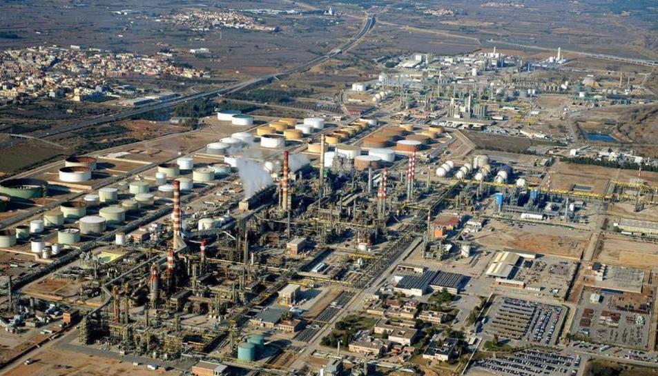 Imatge aèria d'un dels polígons de Tarragona, on hi ha moltes empreses del sector químic.