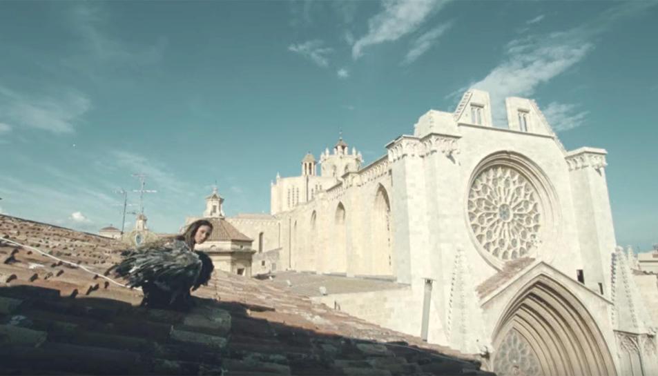 Una de les imatges del vídeoclip, amb la cantant i la catedral de Tarragona al fons.