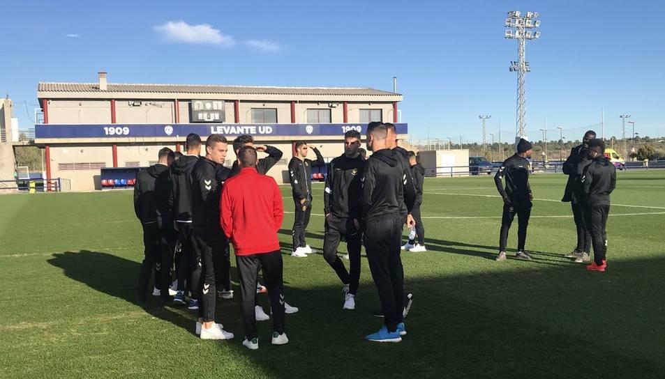 Els jugadors del Nàstic sobre la gespa de la Ciutat Esportiva del Levante