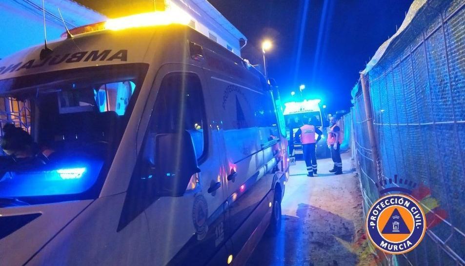 Imatge dels serveis de Protecció Civil durant el servei d'atenció al nen que ha quedat en coma.
