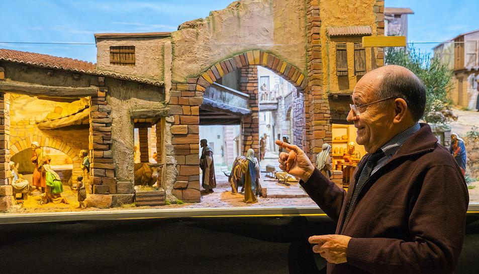 Josep Puig mostra un sector del pessebre de cinc metres de llarg que s'exposa a Sant Joan.