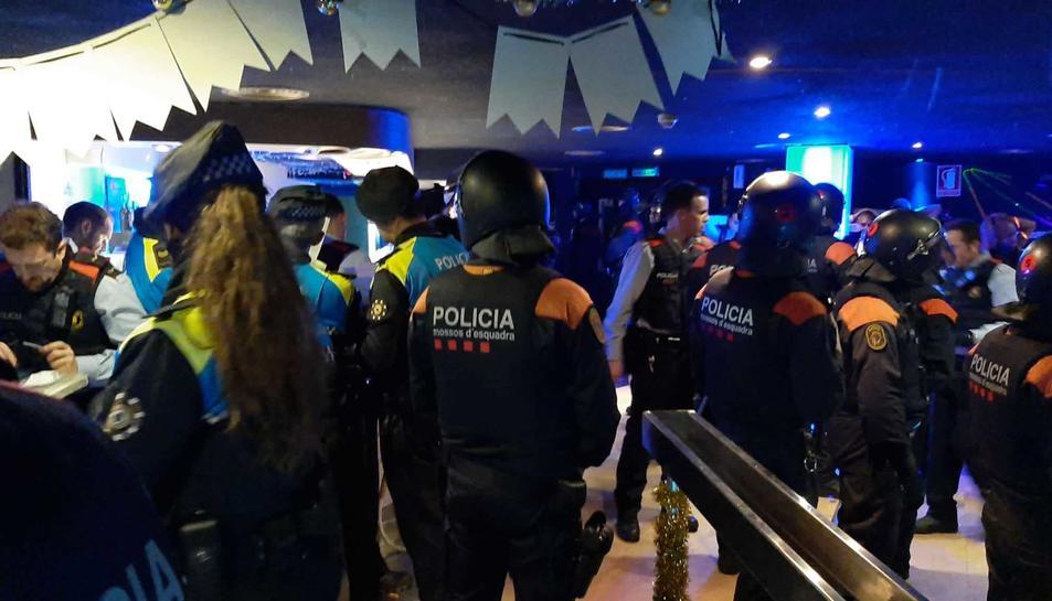 Imatge de la intervenció realitzada pels tres cossos policials la matinada de diumenge.