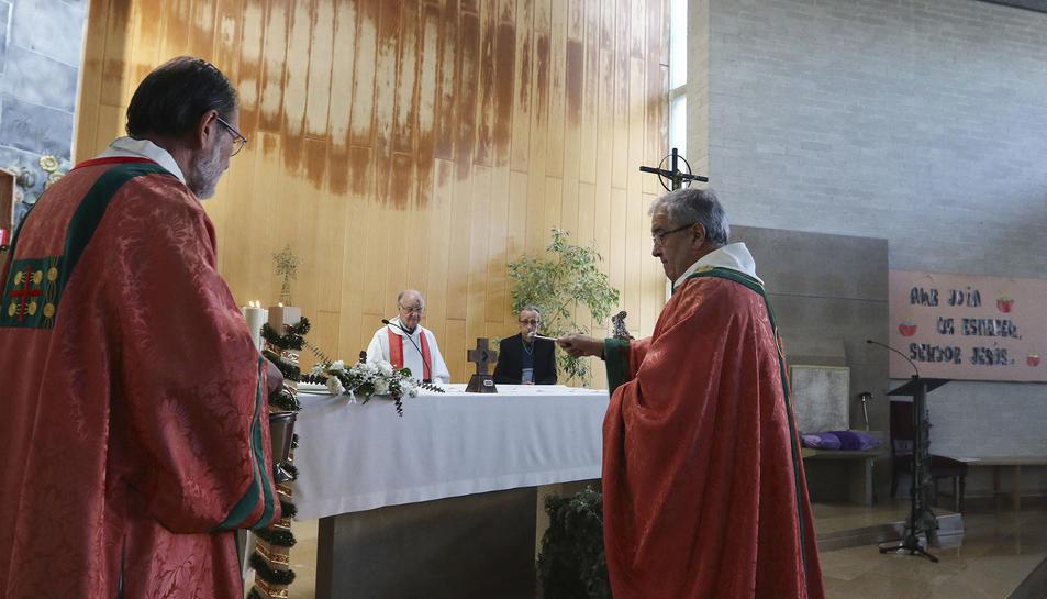 Moment de la benedicció del reliquiari a la parròquia.