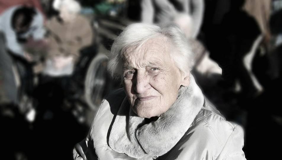 Imatge d'arxiu d'una dona gran