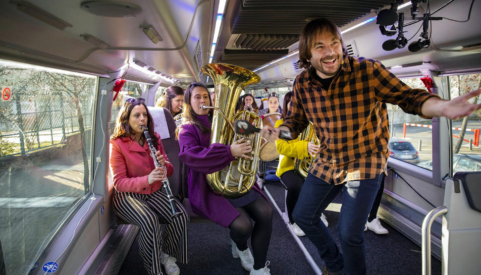 Autobús de la Marató arribant a Vic, amb Quim Masferrer i les integrants de la Balkan Paradise Orchestra.