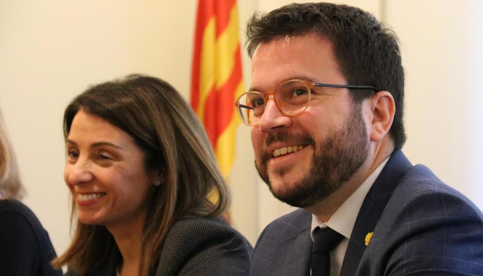 El vicepresident del Govern, Pere Aragonès, amb la portaveu, Meritxell Budó, al departament d'Economia.