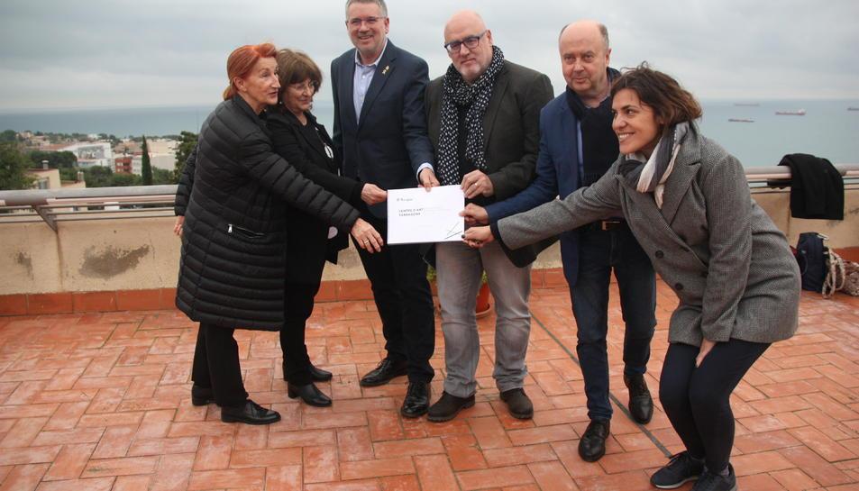 Lalcalde de Tarragona, Pau Ricomà, acompanyat d'alguns membres del consell assessor del Centre d'Art de Tarragona, al terrat de Casa Canals.