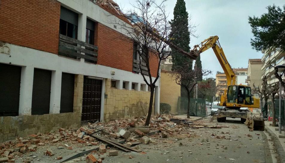 Una màquina ha començat a enderrocar l'edifici.