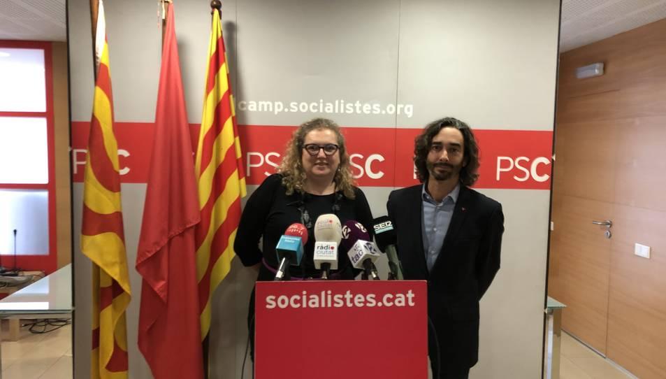 Imatge de Sandra Ramos i Carles Castillo en la roda de premsa d'ahir a la seu del PSC a Tarragona.