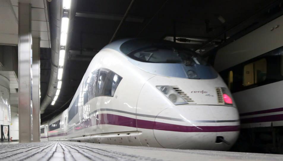 Imatge d'un AVE que marxa cap a Madrid des de l'estació de Sants de Barcelona