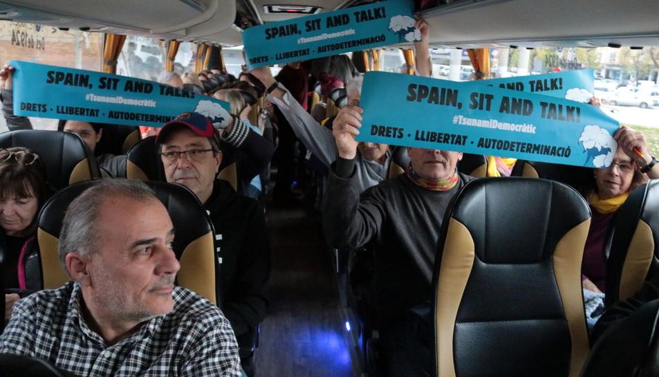 Imatge dels passatgers de l'autocar que ha sortit de Lleida.
