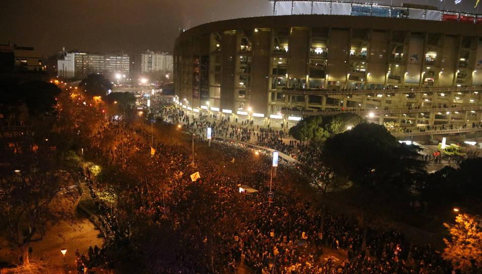 Imatge de l'exterior del Camp Nou a Travessera de les Corts minuts abans que comenci el Clàssic