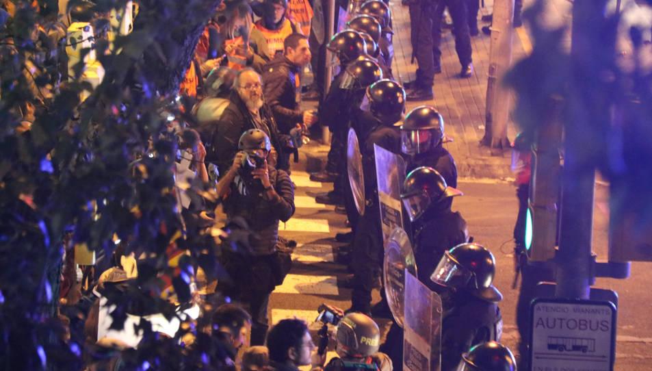 Cordó policial dels Mossos d'Esquadra davant l'accés 18 del Camp Nou durant el clàssic del Barça contra el Real Madrid el 18 de desembre del 2019