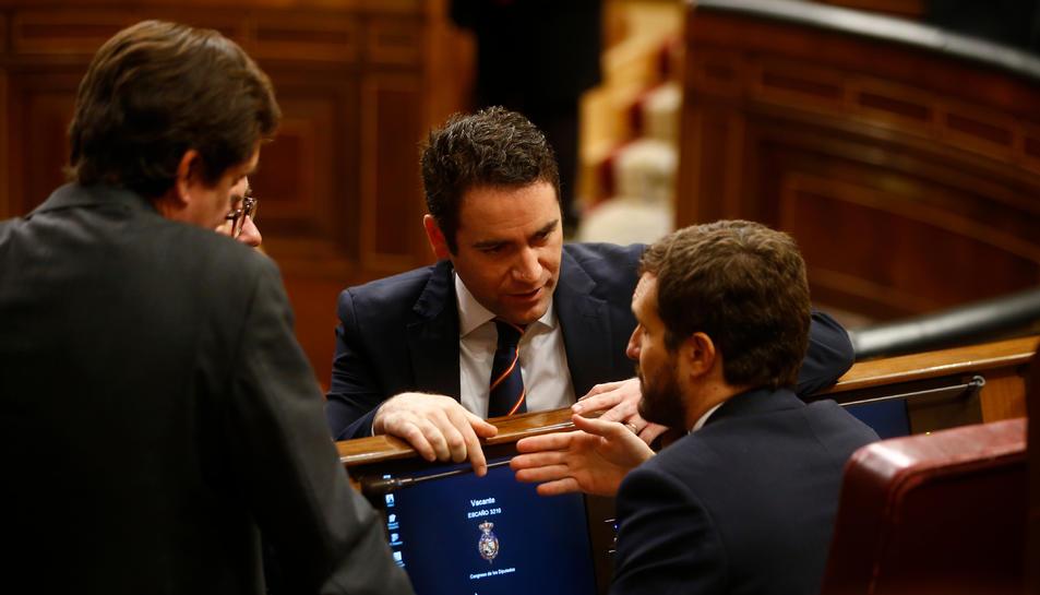 Pla mitjà del secretari general del PP Teodoro García Egea parlant amb Pablo Casado.