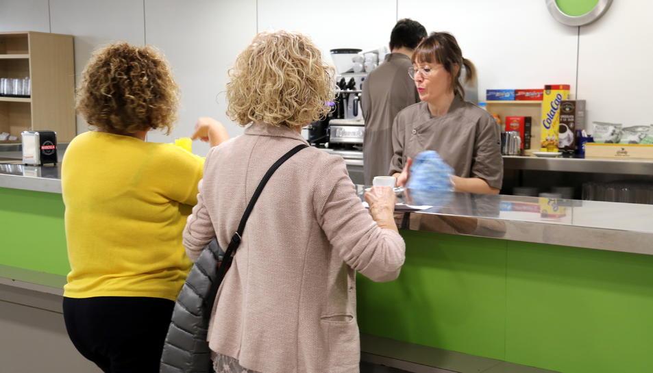 Dues usuàries sent ateses a la barra del nou servei de cafeteria de l'Hospital Comarcal de Móra.