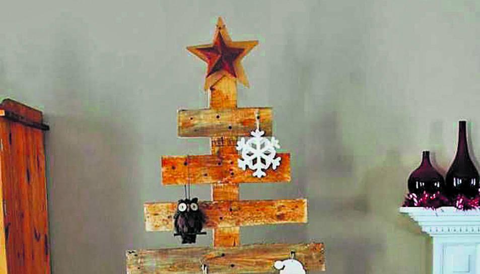 Un arbre de Nadal elaborat amb palets de fusta.