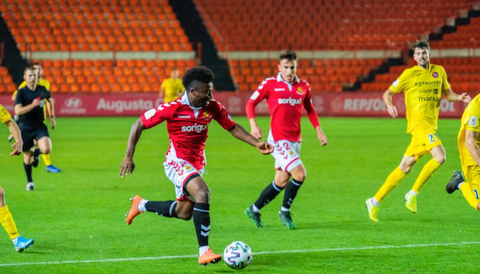 Thomas Amang conduint la pilota just abans de disparar per marcar el seu primer gol de la nit.