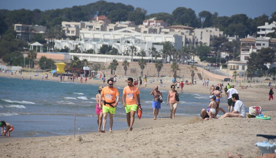 Dos socorristes en una de les platges de Torredembarra el passat estiu.