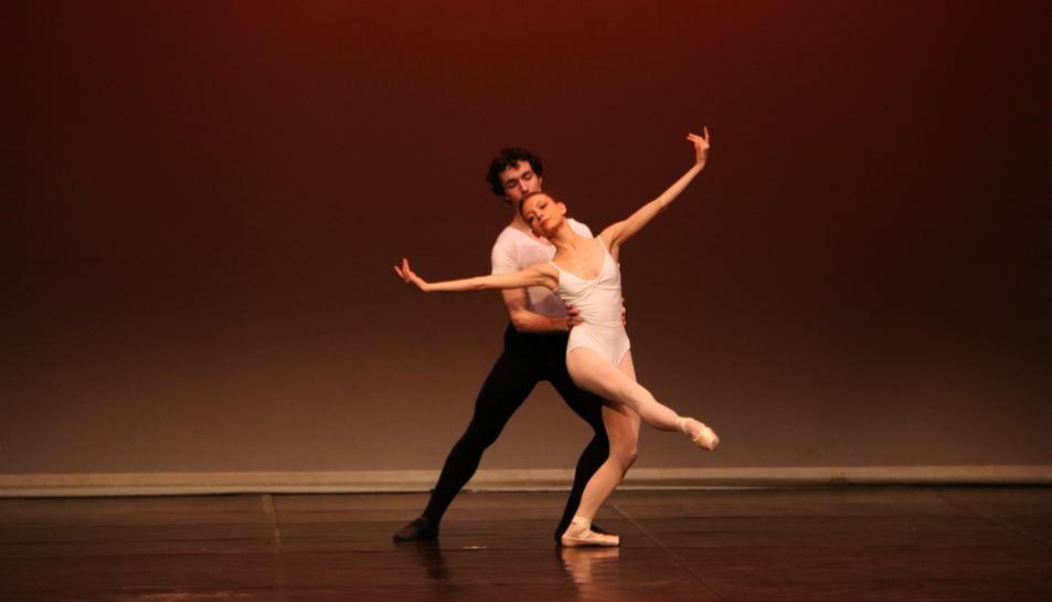 Els ballarins de l'Escola Internacional de Dansa Maria de Àvila en la seva actuació en la cloenda de l'Any dedicat a Roseta Mauri a Reus.