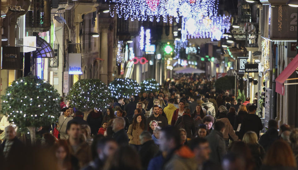 Gran afluència al carrer Llovera ahir a la tarda.