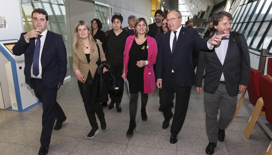 Alba Vergés, al centre, amb la vicealcaldessa, l'alcalde, el regidor de Salut i el director de CatSalut.