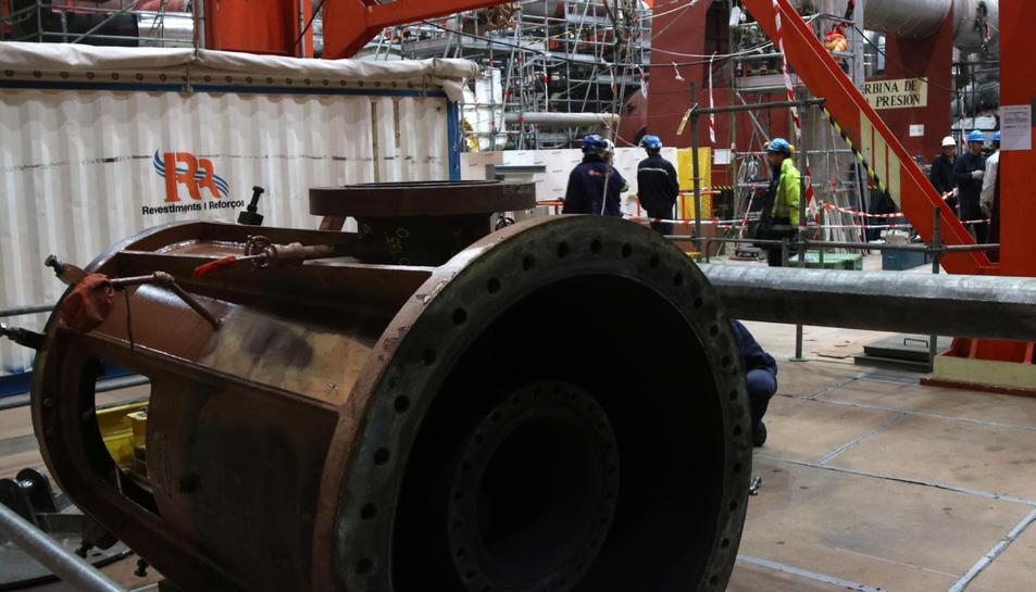 Treballs de manteniment durant la 23a recàrrega de combustible a la sala de turbines de la central nuclear de Vandellòs II.