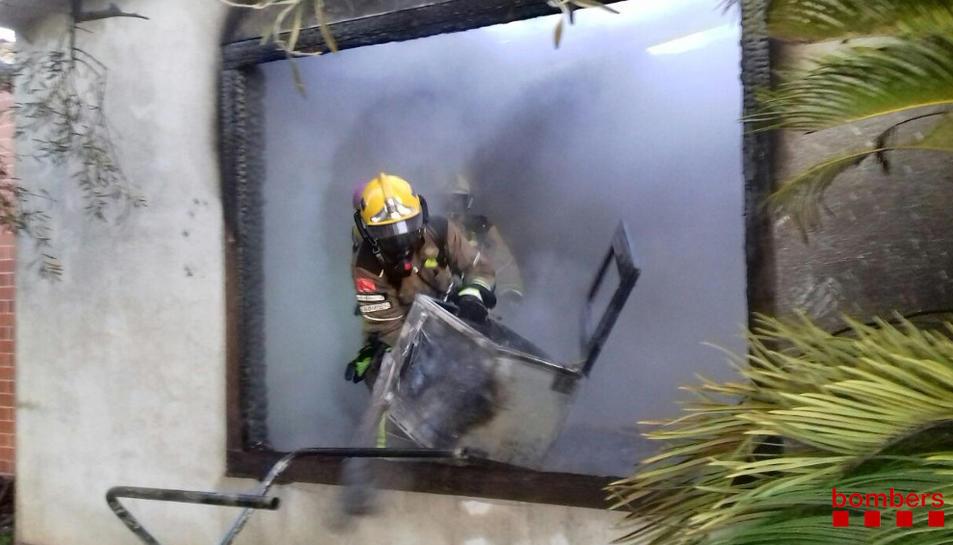 Imatge de l'incendi que a primera hora del matí ha provocat una barbacoa a Roquetes.
