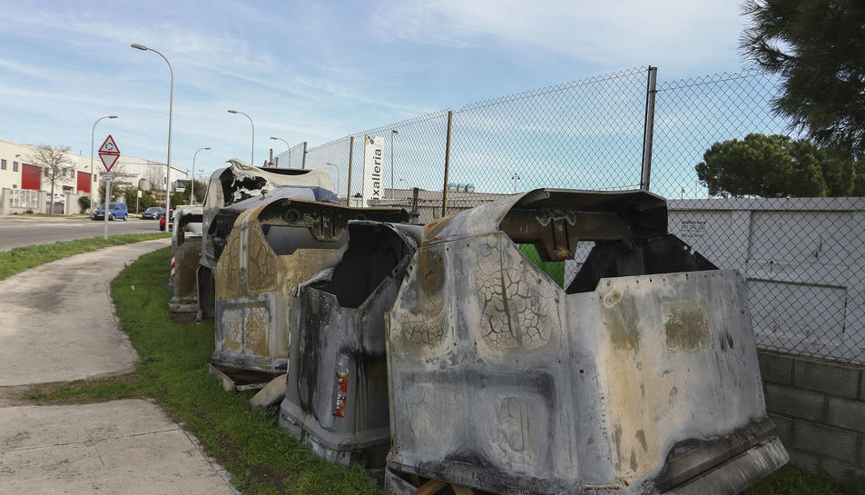 Imatges dels diferents contenidors cremats, a l'exterior de la Deixalleria Municipal de Tarragona.