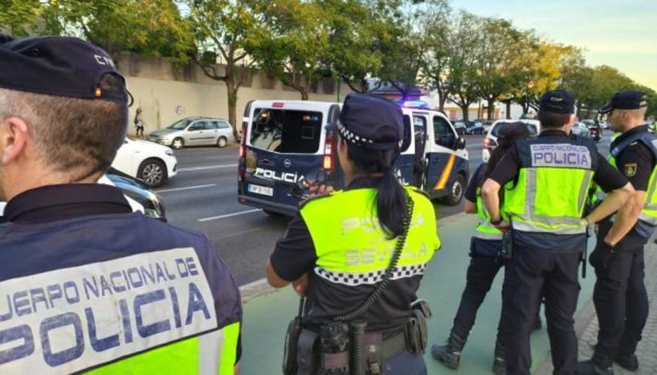 Agents de la Policia Nacional i Local a Sevilla.