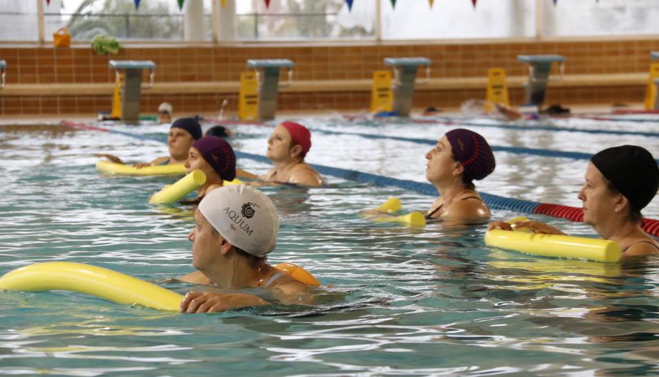 Dones operades de càncer de mama fent aiguagim per recuperar-se, a la piscina coberta del Fornàs, a Valls.