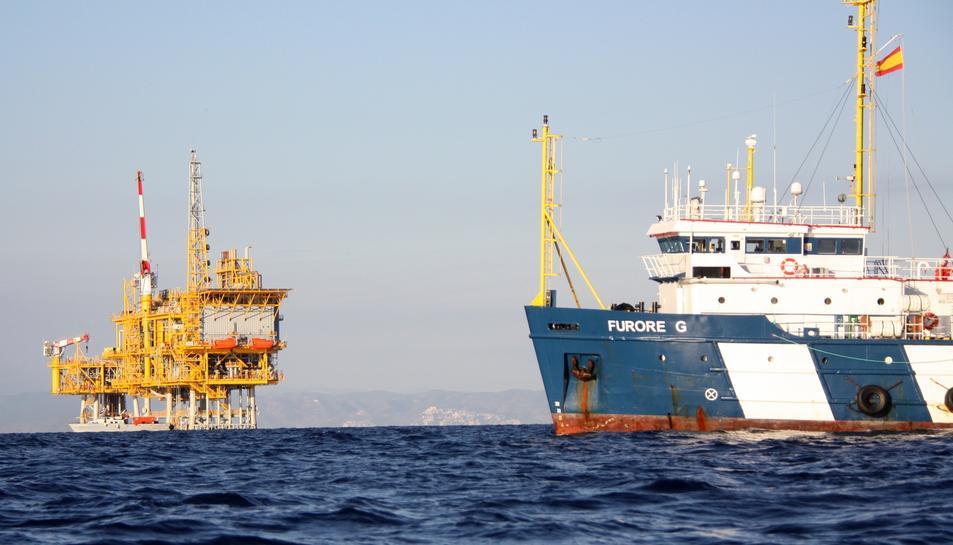 Pla general del vaixell de vigilància al voltant de la plataforma marina del projecte Castor, en una imatge d'arxiu.
