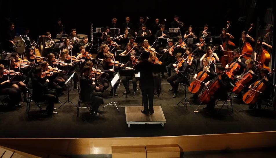Imatge d'arxiu de la Jove Orquestra InterComarcal durant un concert.