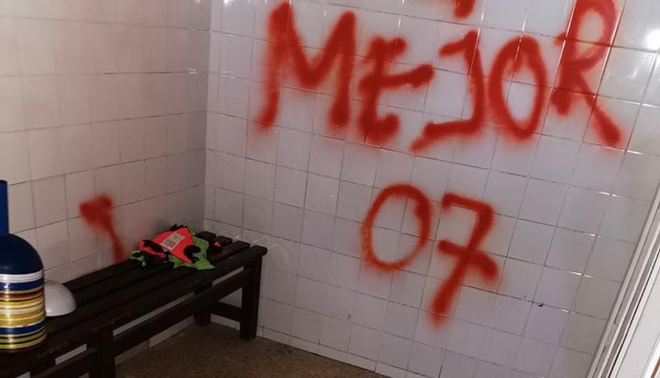 Aquest estiu passat, també van entrar a robar i van fer pintades a les parets.