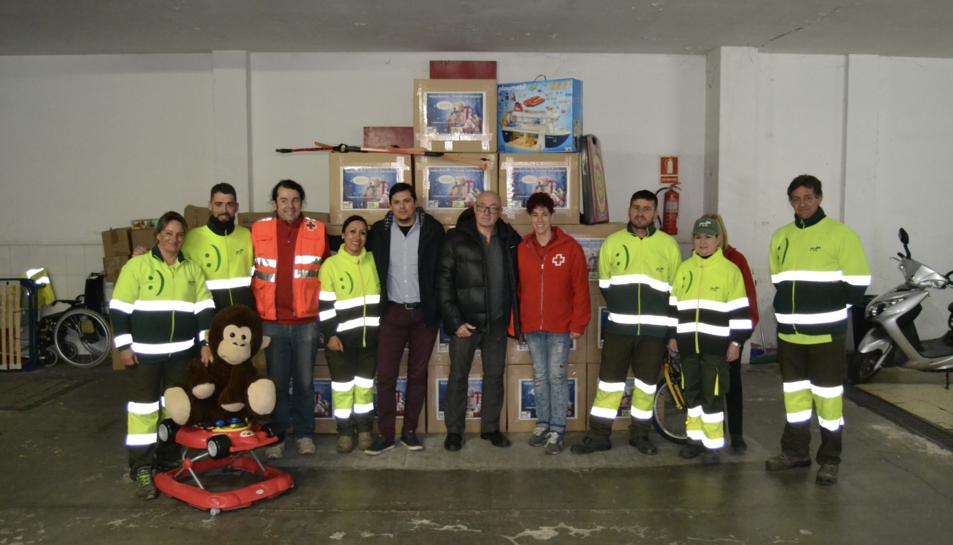 Imatge dels voluntaris amb les joguines recollides.