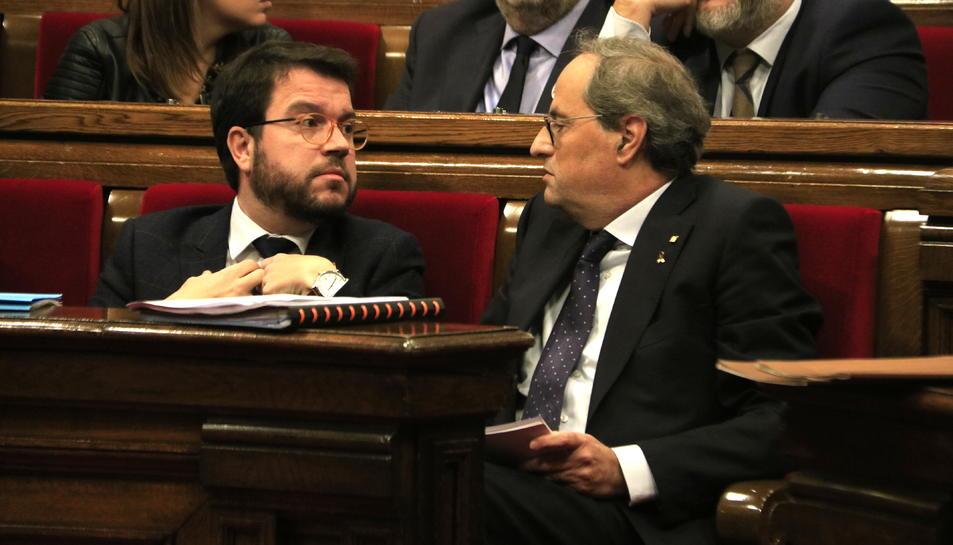 Imatge d'arxiu del president del Govern, Quim Torra, parlant amb el vicepresident, Pere Aragonès.