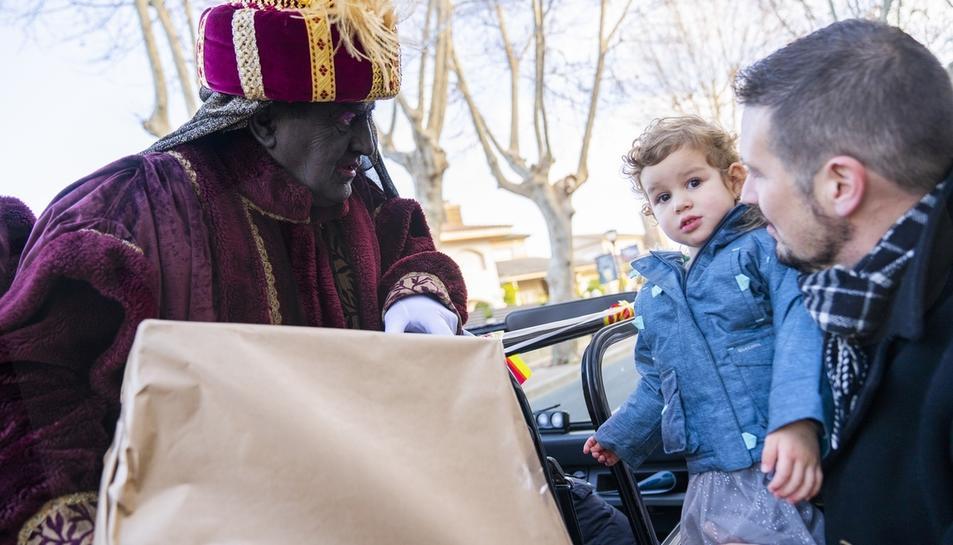 Els patges reparteixen regals a Cambrils