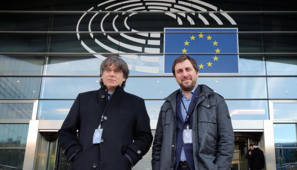 Carles Puigdemont i Toni Comín a l'entrada del Parlament europeu després de recollir les acreditacions definitives que els reconeixen com a eurodiputats.