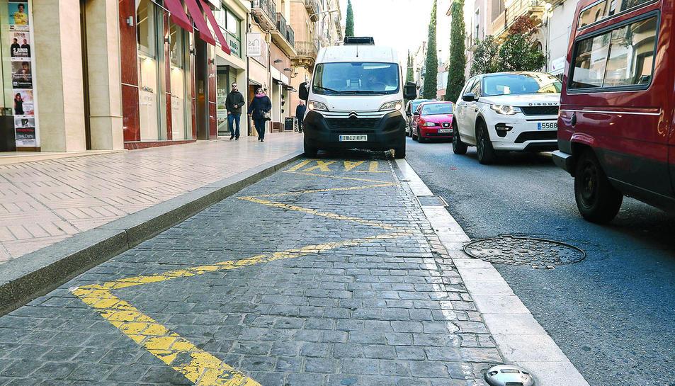 Una furgoneta aparcada a la parada de taxis del carrer Sant Joan, ahir al migdia.