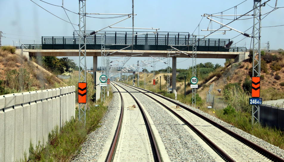 Pla obert d'un tram de la variant de Vandellòs del corredor mediterrani vist des de l'interior de la cabina d'un tren en proves.