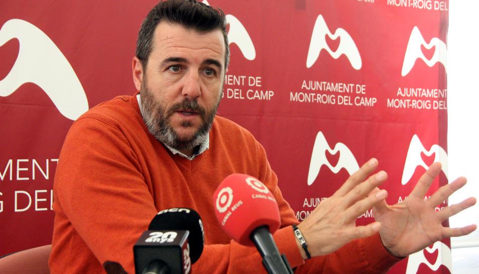 L'alcalde de Mont-roig del Camp, Fran Morancho, durant una roda de premsa.