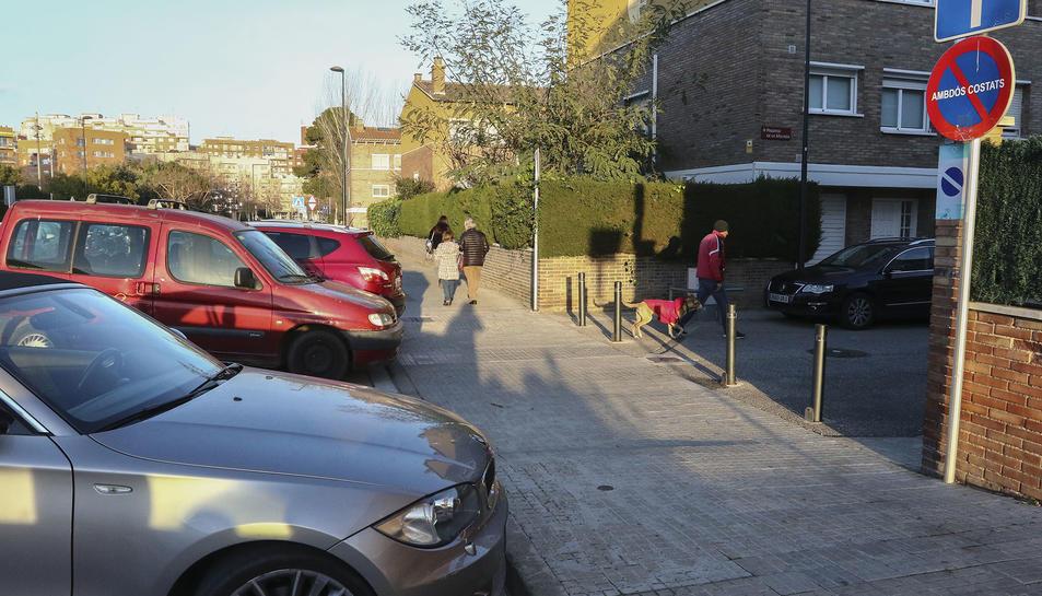 Vehicles de pares estacionats impedint el pas dels cotxes dels veïns.