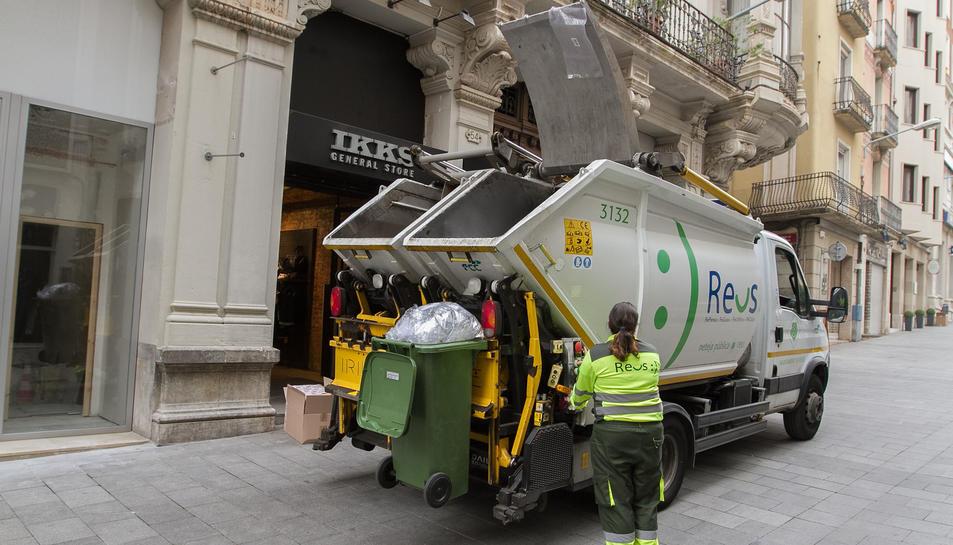 Una imatge d'arxiu d'operaris de la recollida i la neteja als carrers del centre.