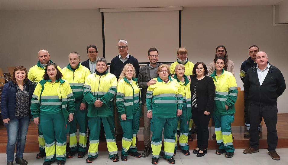 Els treballadors del programa Treball i Formació acompanyats de tècnics i regidors municipals.