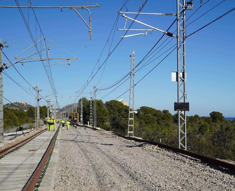 Operaris d'Adif treballant ahir en la connexió de la variant ferroviària entre Vandellòs i Tarragona.