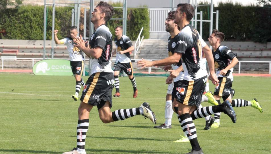 Ribelles (esquerra) celebrant un gol amb Unionistas.