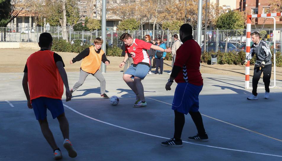 Un dels partits disputats ahir a l'Escola Teresa Miquel i Pàmies.