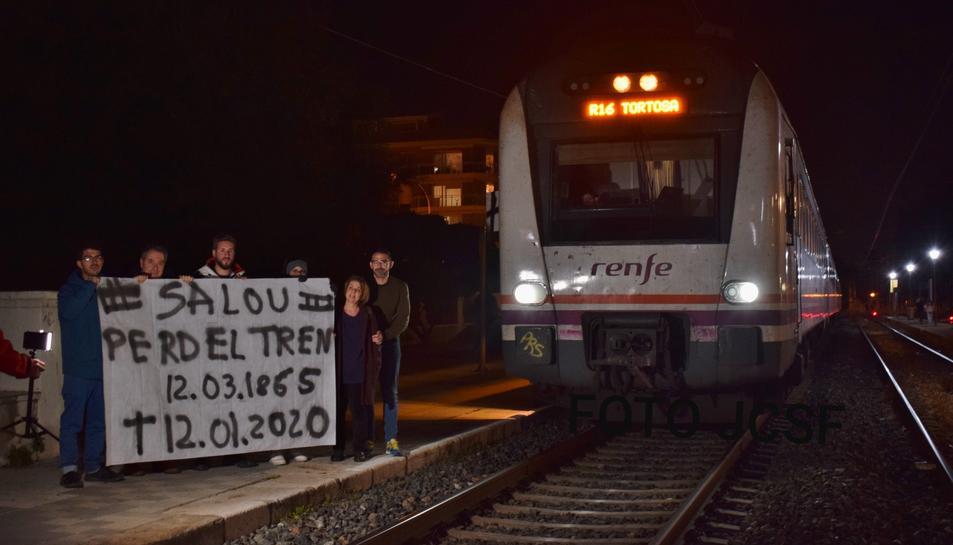 Imatge de l'últim tren que ha circulat per la via de la costa.