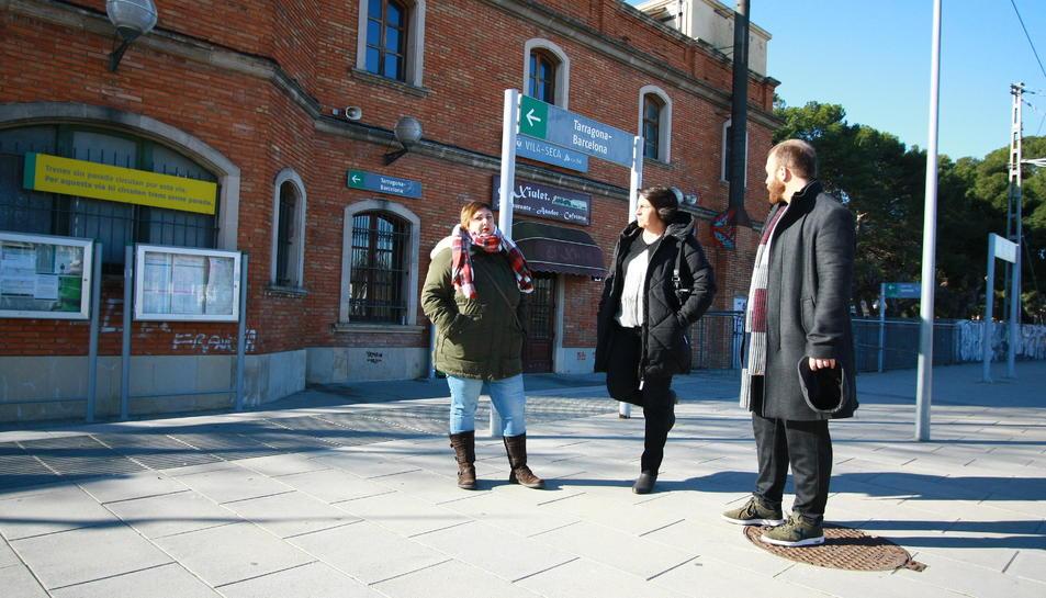 Els tres portaveus de la formació al baixador de Vila-seca.
