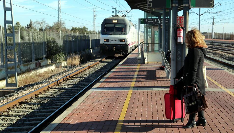 Una viatgera esperant a l'andana de l'estació de l'Aldea-Tortosa-Amposta un dels Talgo que ha arribat amb retard.
