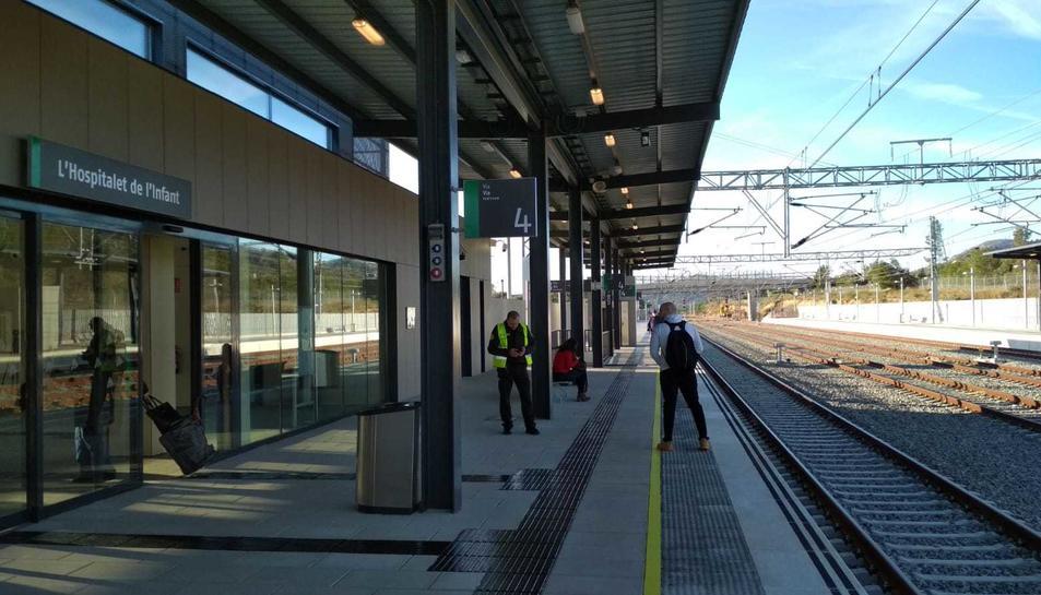 Usuaris esperant un tren a la nova estació de l'Hospitalet de l'Infant.